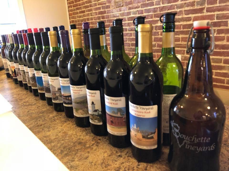 vignoble assortiment de bouteilles de vin du vignoble sur le bar bouchette vineyards bethel pennsylvanie états unis ulocal produits locaux achat local produits du terroir locavore touriste
