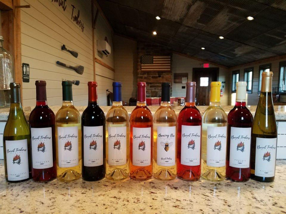 vignoble assortiment de bouteilles de vin du vignoble sur une table dans la salle de dégustation dans la grange burnt timbers winery granville pennsylvanie états unis ulocal produits locaux achat local produits du terroir locavore touriste