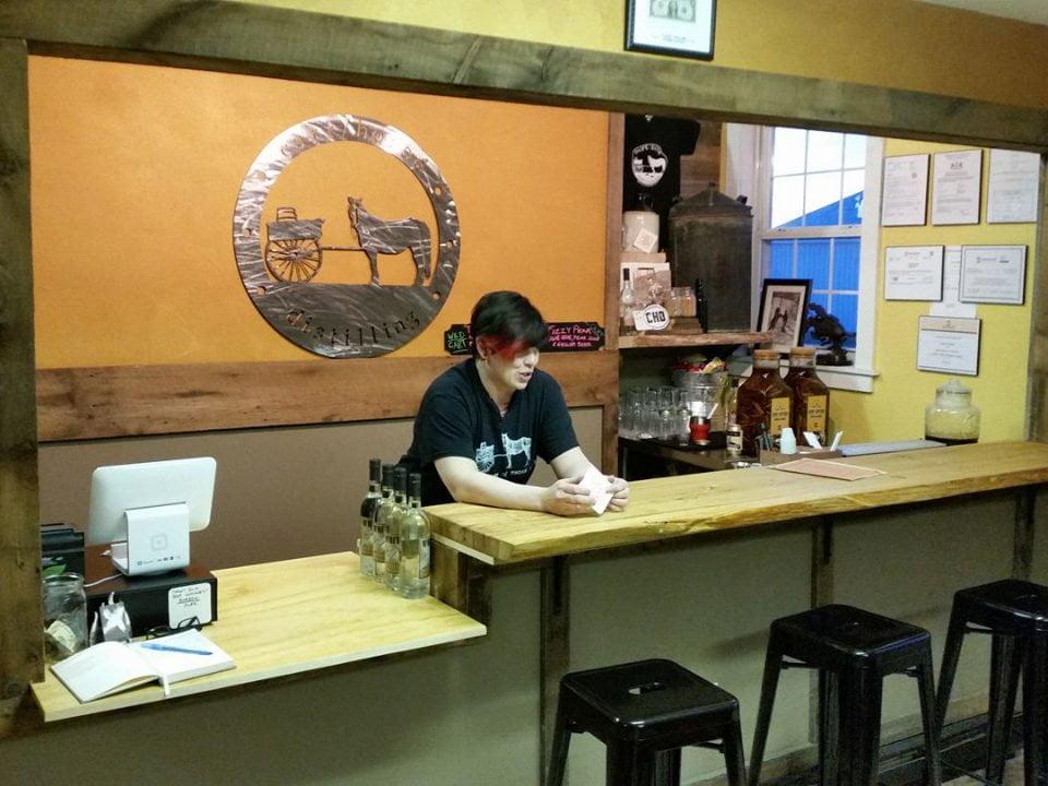 alcool bar de dégustation avec la propriétaire et logo sur le mur carthorse distilling edinboro pennsylvanie états unis ulocal produits locaux achat local produits du terroir locavore touriste