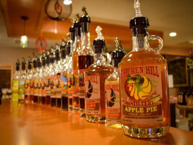 alcool assortiment de bouteilles de différentes saveurs de spiritueux sur le bar de dégustation chicken hill distillery kersey pennsylvanie états unis ulocal produits locaux achat local produits du terroir locavore touriste