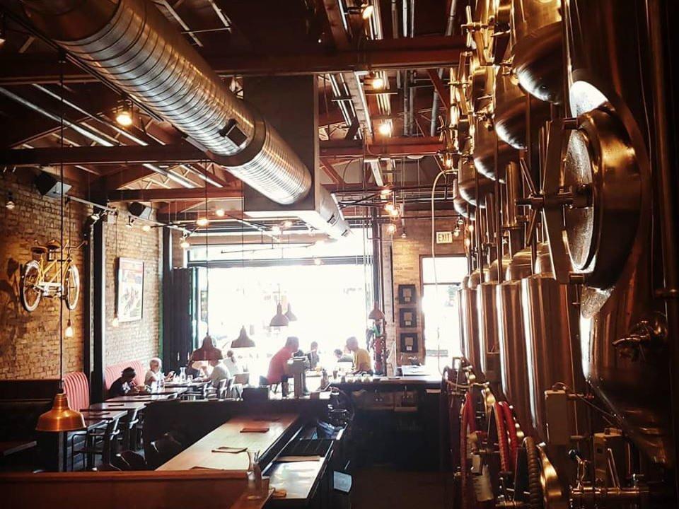microbrasserie intérieur chaleureux de la brasserie avec tables et un bar et mur de briques et mur distributeur corridor brewery and provisions chicago illinois états unis ulocal produits locaux achat local produits du terroir locavore touriste