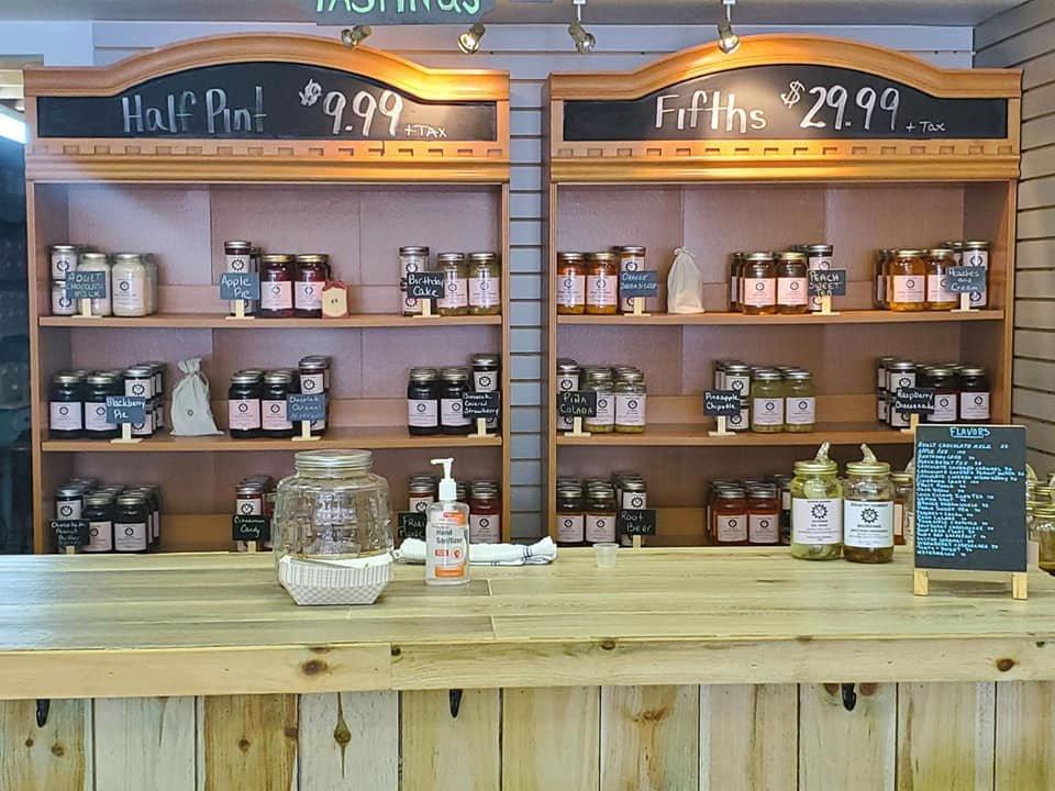 alcool bar de dégustation avec présentoir de moonshine au mur country mammer moonshine irwin pennsylvanie états unis ulocal produits locaux achat local produits du terroir locavore touriste