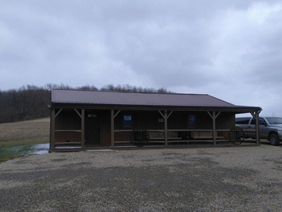 vignoble bâtisse en bois avec camion gris sur un grand terrain country winery and vineyard blairsville pennsylvanie états unis ulocal produits locaux achat local produits du terroir locavore touriste