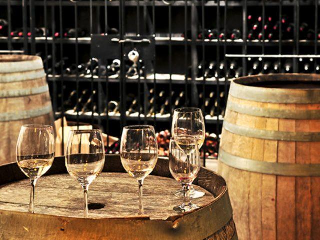 vignoble verres er bouteilles de vin sur tonneaux de bois et présentoir de vin country winery and vineyard blairsville pennsylvanie états unis ulocal produits locaux achat local produits du terroir locavore touriste