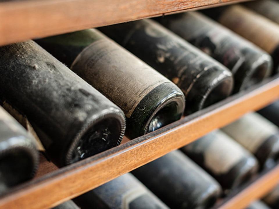 vignoble vieilles bouteilles de vin sur un rack en bois avec de la poussière country winery and vineyard blairsville pennsylvanie états unis ulocal produits locaux achat local produits du terroir locavore touriste
