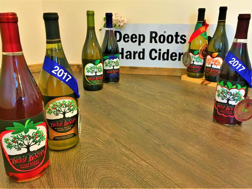 alcool assortiment de bouteilles de cidre primées sur une table deep roots hard cider sugar run pennsylvanie états unis ulocal produits locaux achat local produits du terroir locavore touriste