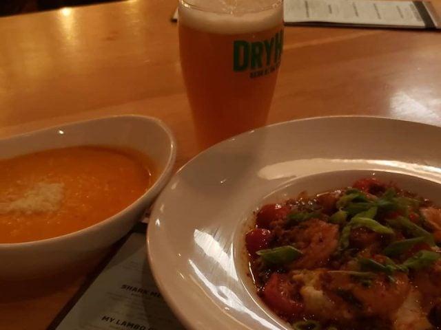microbrasserie repas chaud et soupe avec verre de bière artisanale dryhop brewery chicago illinois états unis ulocal produits locaux achat local produits du terroir locavore touriste