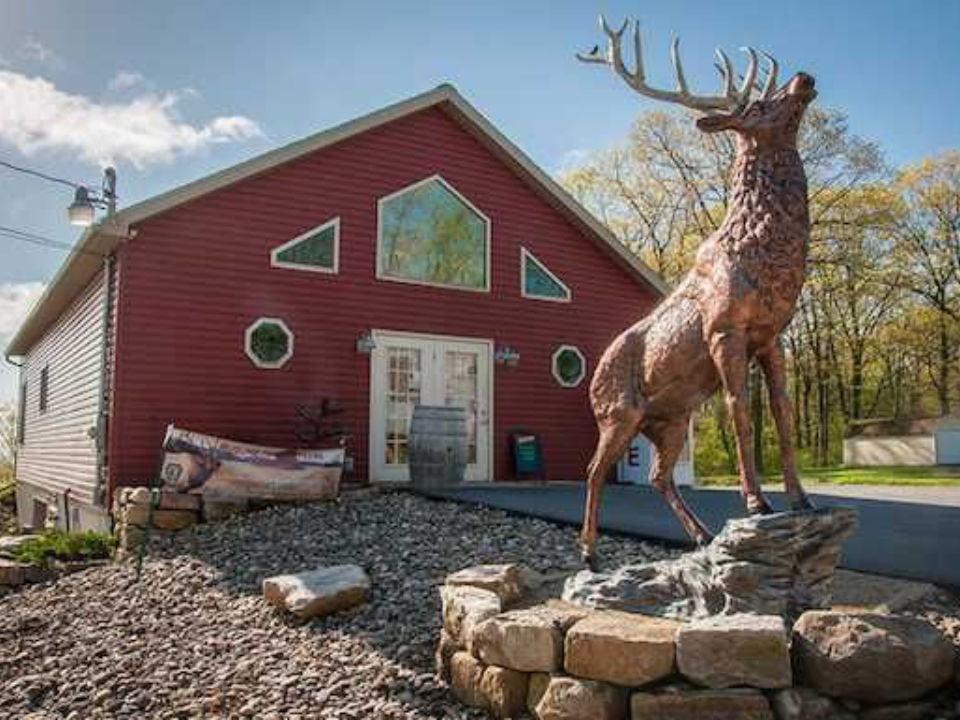 vignoble établisement viticole avec wapiti sculpté en bois devant elk mountain winery weedville pennsylvanie états unis ulocal produits locaux achat local produits du terroir locavore touriste