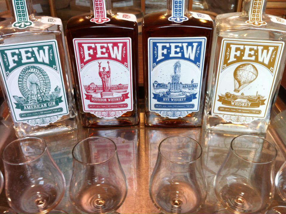 alcool assortiment de 4 bouteilles de spiritueux whisky et gin few spirits evanston illinois états unis ulocal produits locaux achat local produits du terroir locavore touriste