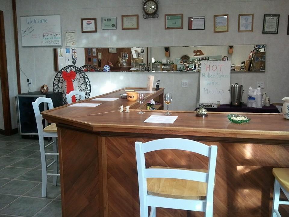 vignoble bar de dégustation en bois avec chaises blanches et certificats sur le mur fox creek vineyards olney illinois états unis ulocal produits locaux achat local produits du terroir locavore touriste
