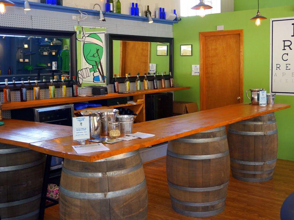 vignoble intérieur de la salle de dégustation avec bar sur tonneaux fractured grape wine cellars new wilmington pennsylvanie états unis ulocal produits locaux achat local produits du terroir locavore touriste