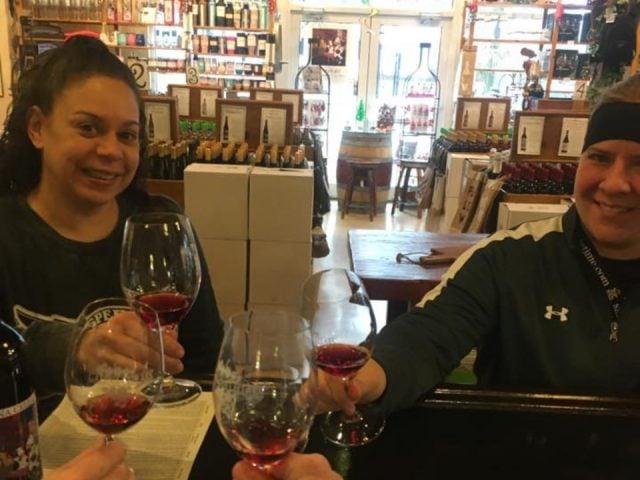 vignoble clients qui dégustent un verre de vin au bar de dégustation dans la boutique galena cellars geneva illinois états unis ulocal produits locaux achat local produits du terroir locavore touriste