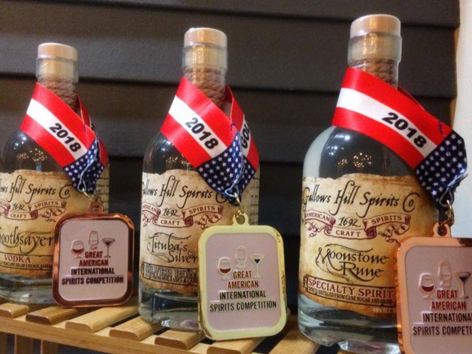 alcool assortiment de 3 bouteilles de vodka primées sur le bar gallows hill spirits co allentown pennsylvanie états unis ulocal produits locaux achat local produits du terroir locavore touriste
