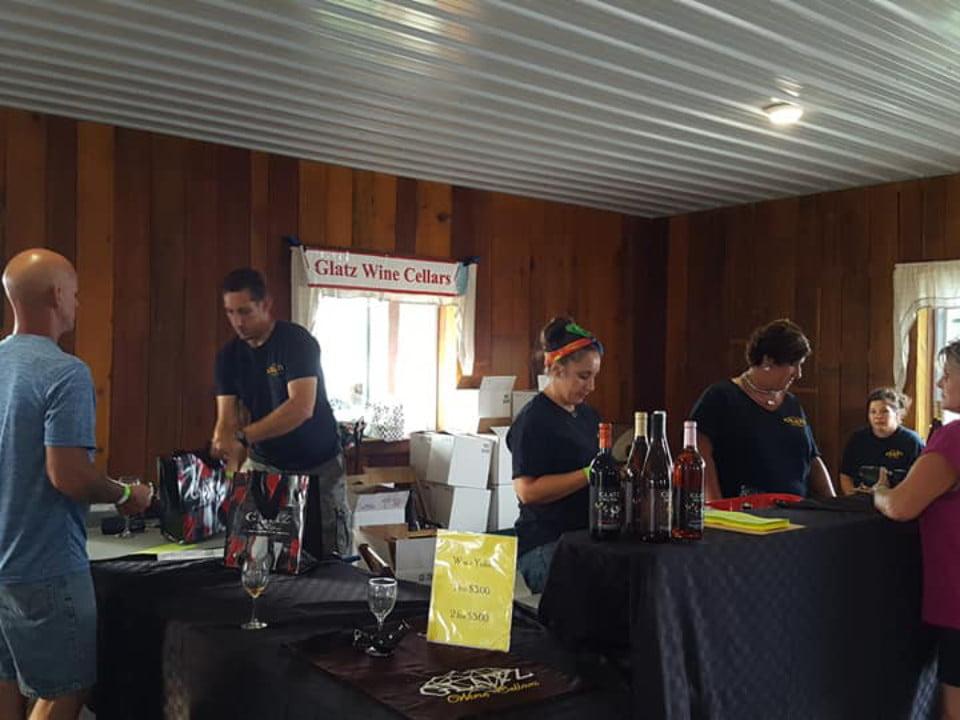 vignoble salle de dégustation avec clients au bar avec le personnel glatz wine cellars aliquippa pennsylvanie états unis ulocal produits locaux achat local produits du terroir locavore touriste