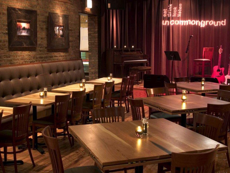 microbrasserie intérieur chic de la taproom avec tables en bois avec scène pour les musiciens greenstar brewing edgewater chicago illinois états unis ulocal produits locaux achat local produits du terroir locavore touriste