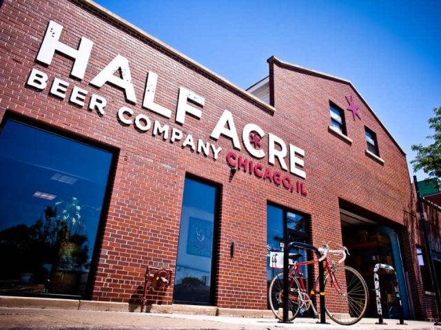 microbrasserie bâtiment en briques brunes façade extérieure de la brasserie avec logo half acre beer company lincoln brewery chicago illinois états unis ulocal produits locaux achat local produits du terroir locavore touriste