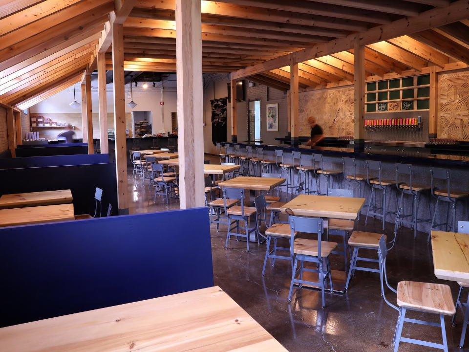 microbrasserie intérieur de la taproom avec banquettes et tables half acre beer company balmoral brewery chicago illinois états unis ulocal produits locaux achat local produits du terroir locavore touriste