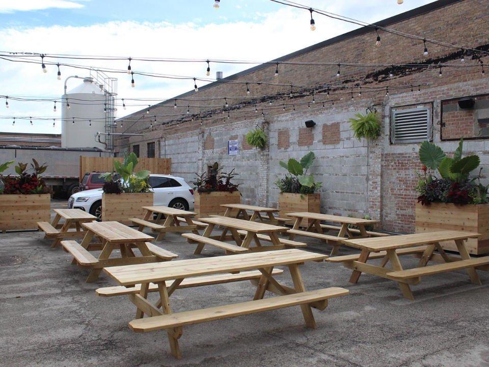 microbrasserie terrasse avec tables de pique-nique entourée de béton half acre beer company balmoral brewery chicago illinois états unis ulocal produits locaux achat local produits du terroir locavore touriste