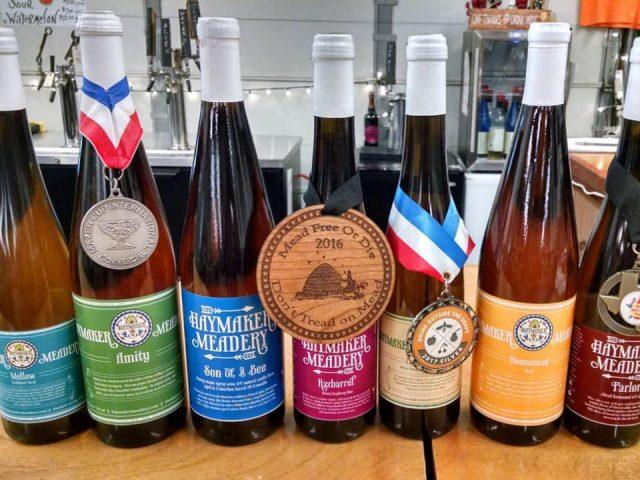 vignoble assortiment de bouteilles d'hydromel primées sur le bar haymaker meadery lansdale pennsylvanie états unis ulocal produits locaux achat local produits du terroir locavore touriste