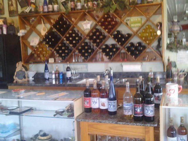 vignoble bouteilles de vin du vignoble pour les dégustations sur le comptoir avec présentoirs de vins en bois sur le mur hogg hollow winery golconda illinois états unis ulocal produits locaux achat local produits du terroir locavore touriste