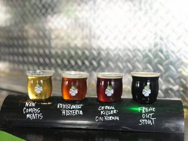 microbrasserie 4 verres de bières artisanales avec mur en stainless hop asylum brewing new wilmington pennsylvanie états unis ulocal produits locaux achat local produits du terroir locavore touriste