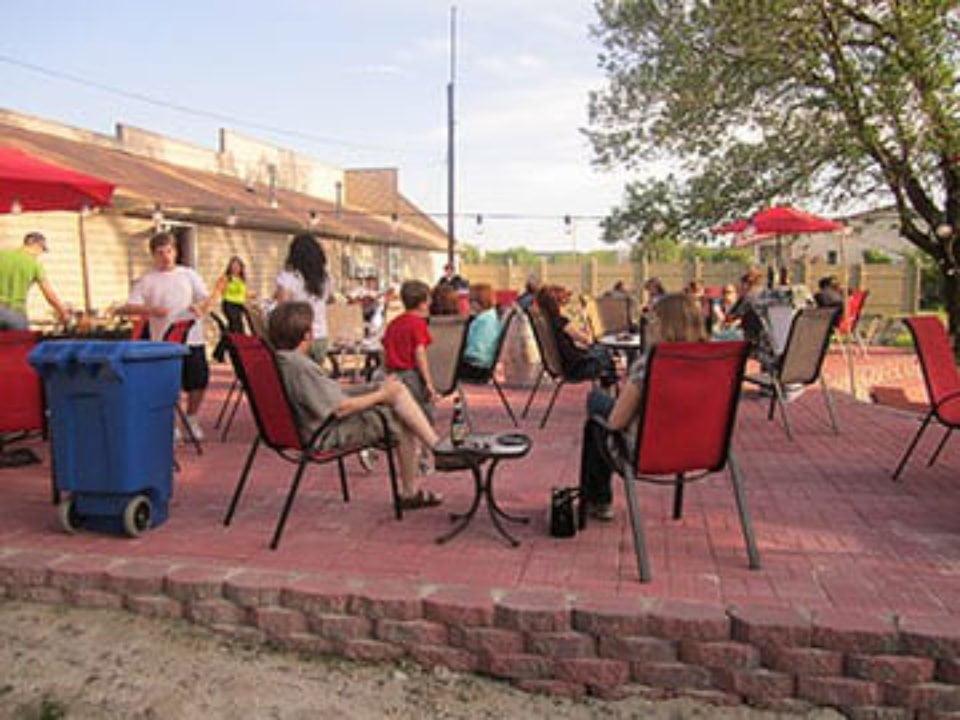 vignoble clients assis sur la terrasse illinois river winery north utica illinois états unis ulocal produits locaux achat local produits du terroir locavore touriste