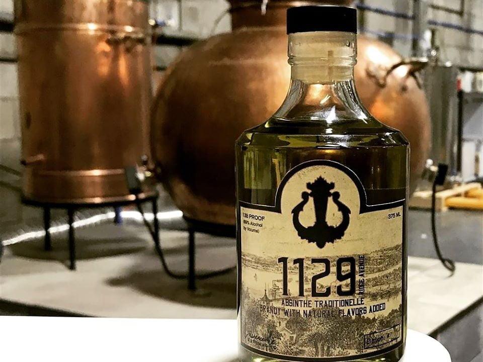 alcool bouteilles de 1129 ridge ave absinthe traditionelle et alambic en cuivre lawrenceville distilling co pittsburgh pennsylvanie états unis ulocal produits locaux achat local produits du terroir locavore touriste