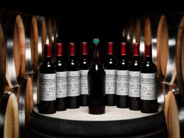 vignoble bouteilles de vin rouge sur un baril de bois dans la cave lincoln heritage winery cobden illinois états unis ulocal produits locaux achat local produits du terroir locavore touriste