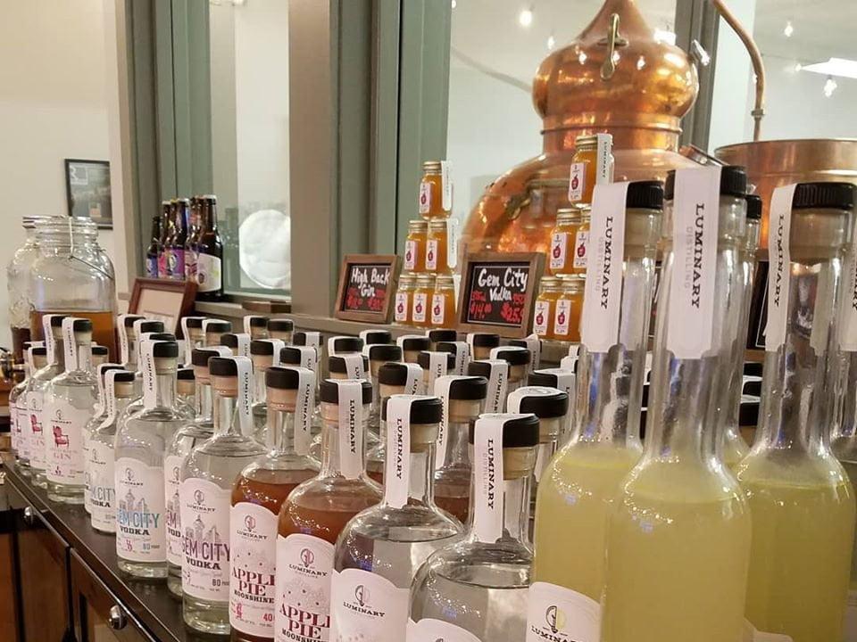 alcool bouteilles de vodka moonshine limoncello brandy whiskey avec l'alambic en cuivre de la distillerie luminary distilling erie pennsylvanie états unis ulocal produits locaux achat local produits du terroir locavore touriste