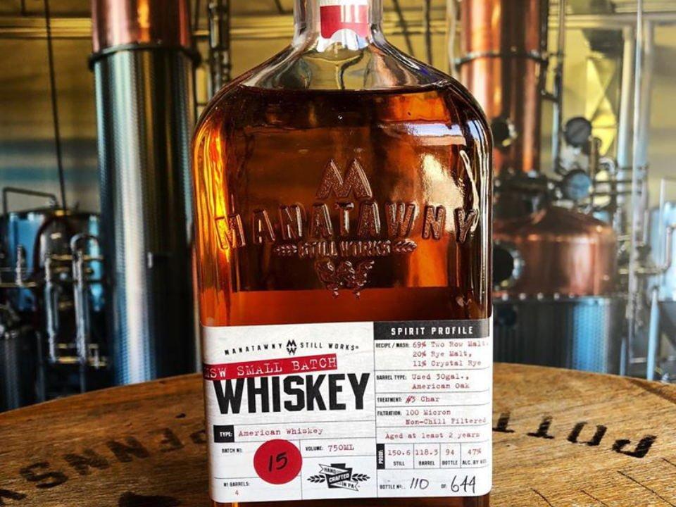 alcool bouteille de whiskey de la distillerie sur un tonneau de bois et alambics manatawny still works Passyunk pennsylvanie états unis ulocal produits locaux achat local produits du terroir locavore touriste