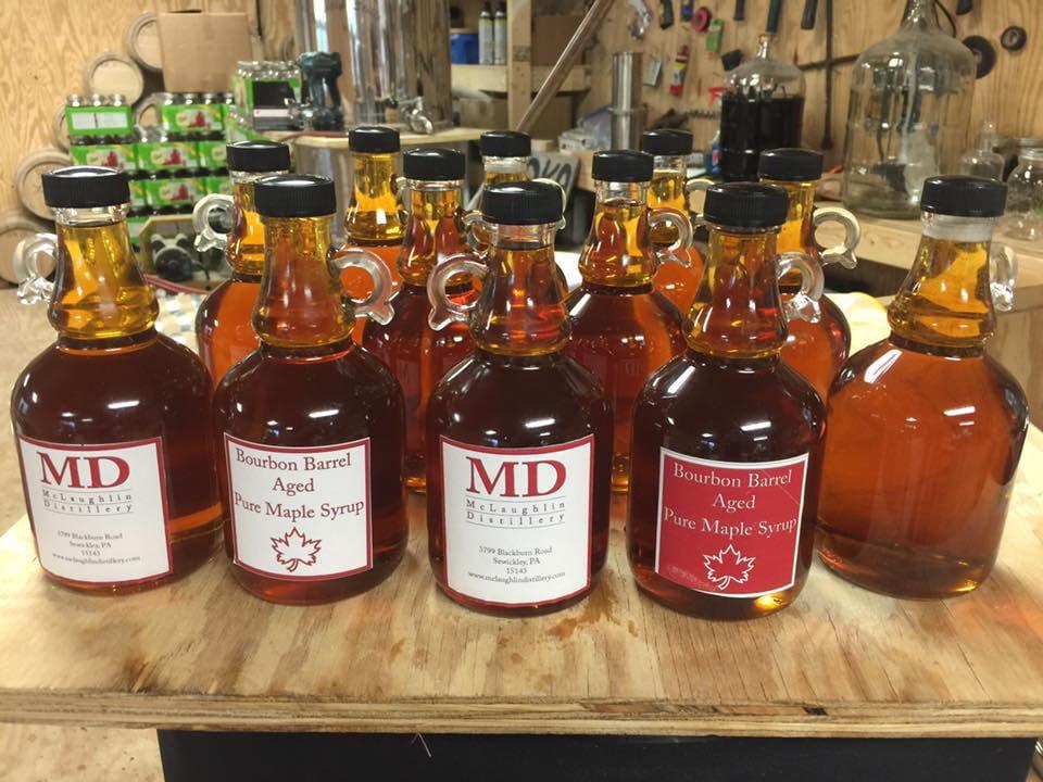 alcool bouteilles de spiritueux de différentes saveurs sur une table dans l'atelier de travail mclaughlin distillery sewickley pennsylvanie états unis ulocal produits locaux achat local produits du terroir locavore touriste