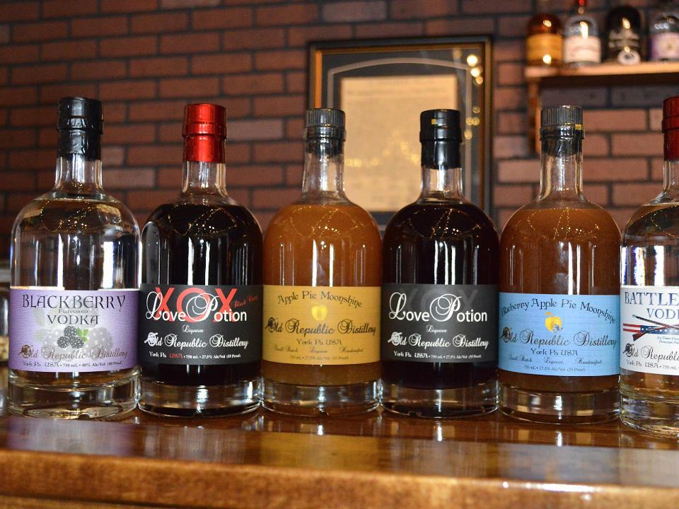 liquor 5 bouteilles de différentes saveurs de spiritueux de la distillerie sur le bar old republic distillery york pennsylvania united states ulocal local products local purchase local produce locavore tourist