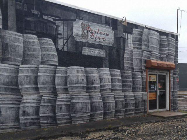 alcool bâtisse extérieure avec image de tonneaux en bois imprimés et logo rowhouse spirits distillery philadelphia pennsylvanie é