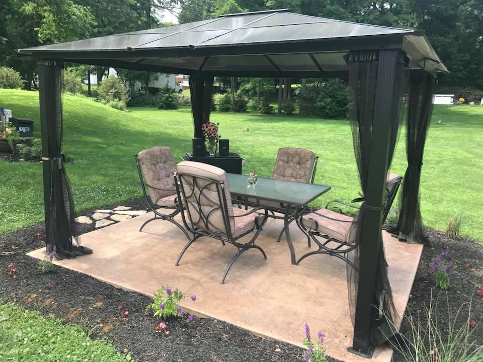 vignoble petit patio avec table et chaises pour les dégustations sur le magnifique domaine du vignoble royal oaks vineyard and winery lebanon pennsylvanie états unis ulocal produits locaux achat local produits du terroir locavore touriste