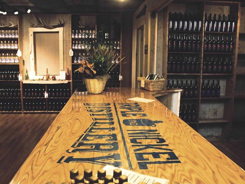 alcool bar de dégustation avec logo et présentoirs de spiritueux dans la boutique triple nickel distillery weedville pennsylvanie états unis ulocal produits locaux achat local produits du terroir locavore touriste