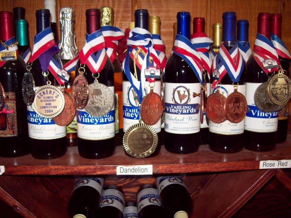 vignoble bouteilles de vin primées sur un présentoir en bois vahling vineyards stewardson illinois états unis ulocal produits locaux achat local produits du terroir locavore touriste