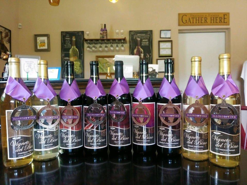 vignoble bouteilles de vin primées sur une table vigneto del bino vineyard and winery antioch illinois états unis ulocal produits locaux achat local produits du terroir locavore touriste