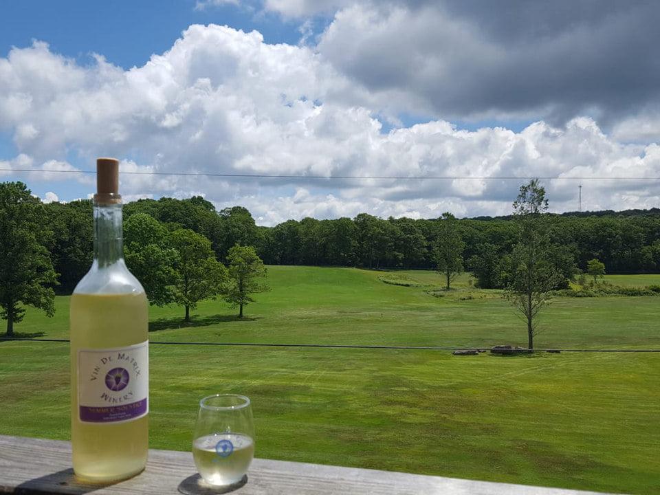vignoble bouteille de vin blanc sur une table avec la vue du terrain de golf en été vin de matrix winery rockwood pennsylvanie états unis ulocal produits locaux achat local produits du terroir locavore touriste