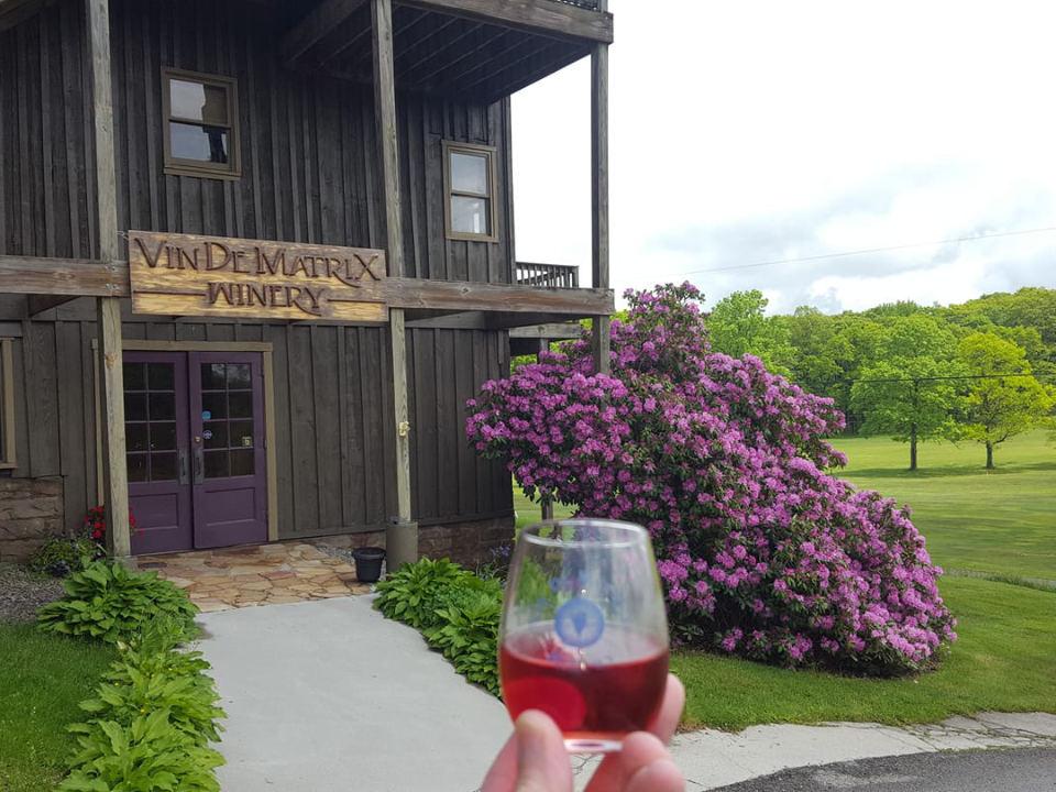 vignoble entrée de la vinerie dans une vieille grange en bois et verre de vin avec magnifique décor de fleurs et terrain de golf en été vin de matrix winery rockwood pennsylvanie états unis ulocal produits locaux achat local produits du terroir locavore touriste