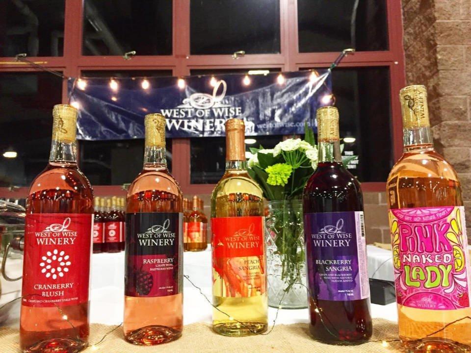 vignoble assortiment de bouteilles de vin du vignoble sur une table west of wise winery petersburg illinois états unis ulocal produits locaux achat local produits du terroir locavore touriste