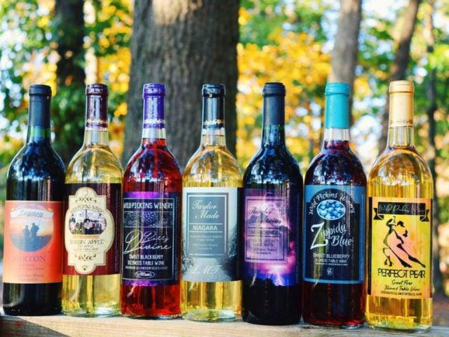 vignoble assortiment de bouteilles de vin de la vinerie dans la nature wild pickins winery and vineyard chesterfield illinois états unis ulocal produits locaux achat local produits du terroir locavore touriste