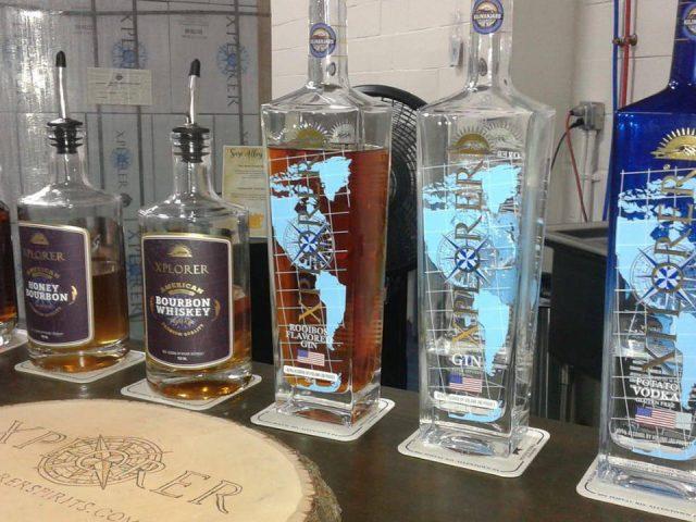 alcool bouteilles de whisky et de spiritueux de saveurs différentes sur le bar xplorer spirits allentown pennsylvanie états unis ulocal produits locaux achat local produits du terroir locavore touriste