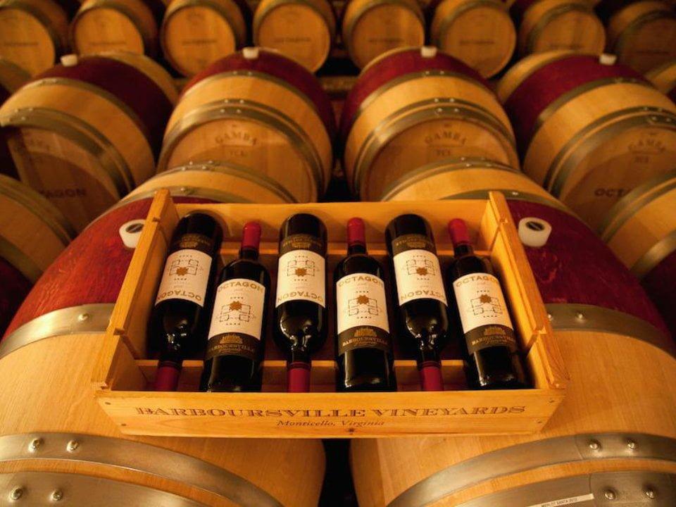 vignoble bouteilles de vin dans une caisse en bois dans la salle des tonneaux barboursville vineyards barboursville virginie états unis ulocal produits locaux achat local produits du terroir locavore touriste