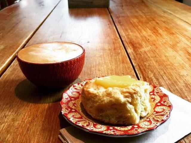 café café avec un scone sur une tables de bois biscotti et cie chelsea quebec canada ulocal produits locaux achat local produits du terroir locavore touriste