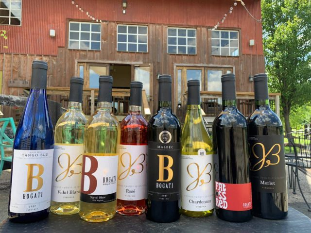 vignoble assortiment de bouteilles de vin du vignoble sur la terrasse et établissement vinicole en arrière plan bogati winery round hill virginie états unis ulocal produits locaux achat local produits du terroir locavore touriste