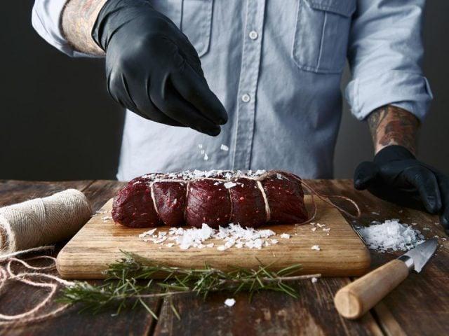 boucherie boucher qui prépare une pièce de viande boucherie quevillon gatineau quebec canada ulocal produits locaux achat local produits du terroir locavore touriste