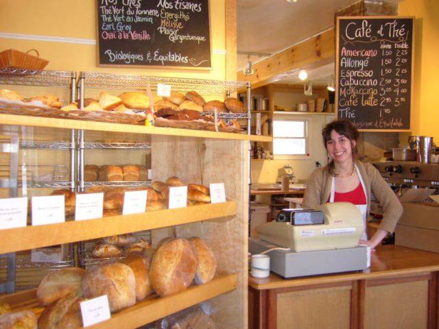 boulangerie artisanale personnel au comptoir avec présentoir de pain boulangerie aux deux freres gatineau quebec canada ulocal produits locaux achat local produits du terroir locavore touriste