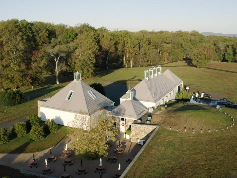 vignoble vue aérienne du domaine avec établissements viticoles terrasse et grand terrain boxwood estate winery middleburg virginie états unis ulocal produits locaux achat local produits du terroir locavore touriste