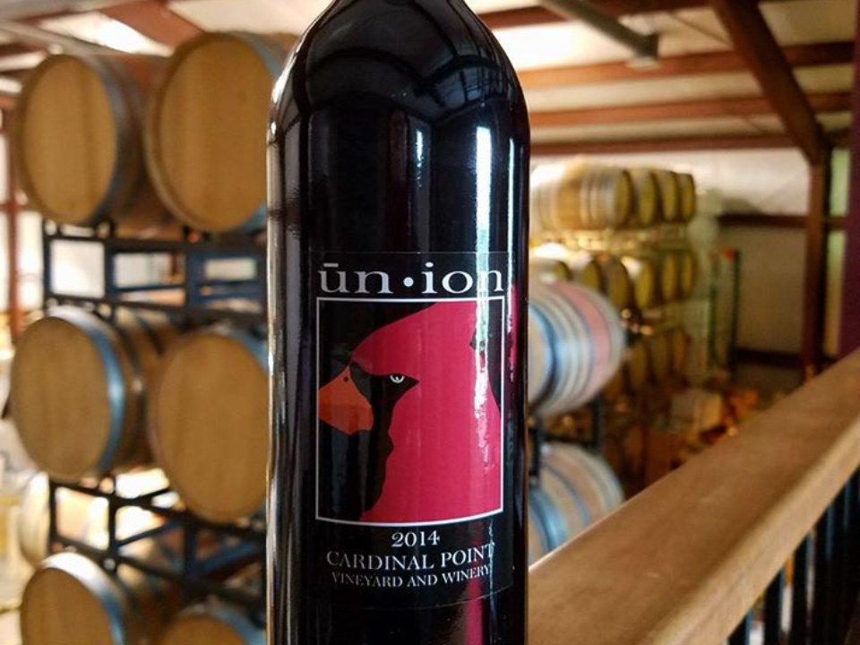 vignoble bouteille de vin rouge dans la salle des tonneaux cardinal point vineyard and winery afton virginie états unis ulocal produits locaux achat local produits du terroir locavore touriste