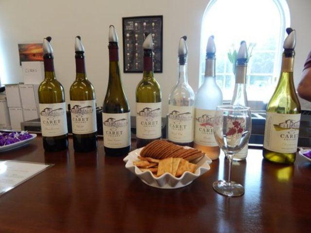 vignoble assortiment de bouteilles de vin sur une table avec biscuits prêt pour les dégustations caret cellars caret virginie états unis ulocal produits locaux achat local produits du terroir locavore touriste